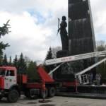 Бойцы МЧС присоединились к реставрационных работ на Мемориале Славы в Луцке