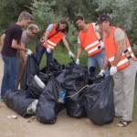 Молодежь гуляет и после себя мусора оставляет